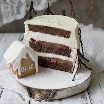 Kawałek ciasta z czarnego lasu. nowy rok lub ciasto świąteczne