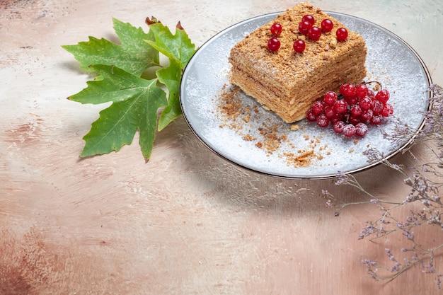 Kawałek ciasta z czerwonymi jagodami na szaro