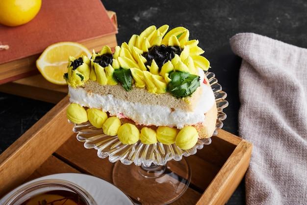 Kawałek ciasta z dekoracją kremu słonecznikowego.