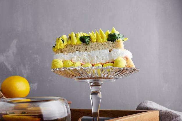 Kawałek ciasta z dekoracją słonecznikową.