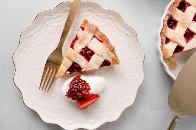 Kawałek ciasta z dżemem truskawkowym