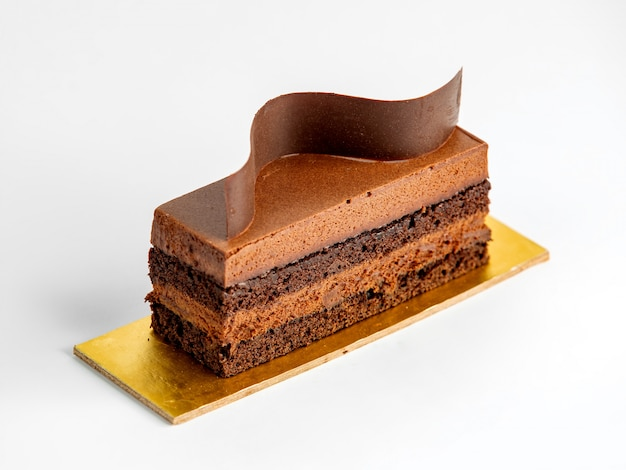 Kawałek ciasta z karmelem i czekoladą