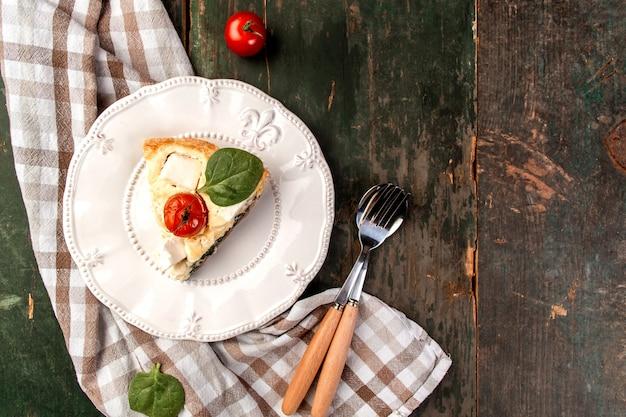 Kawałek ciasta ze szpinakiem faszerowanym zielonym