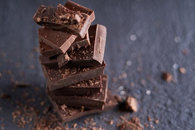 Kawałek ciemnej czekolady i kawałków czekolady