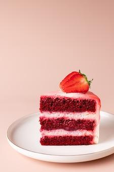 Kawałek czerwonego aksamitnego ciasta ze świeżymi truskawkami pyszny deser warstwowy