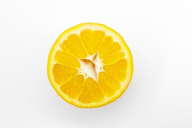 Kawałek dojrzałej mandarynki na białym tle