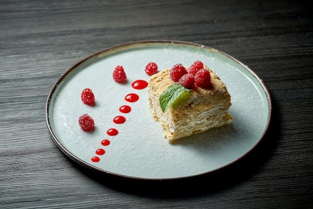 Kawałek francuskiego deseru mille-feuille z warstwami ciasta francuskiego i plasterkiem wanilii lub kremem. ciasto napoleona