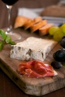 Kawałek hiszpańskiego sera pleśniowego na starej drewnianej desce do krojenia