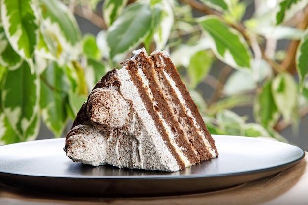 Kawałek kremowego ciasta kawowego.