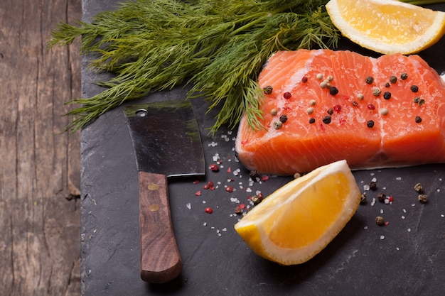 Kawałek łososia z przyprawami i cytryną