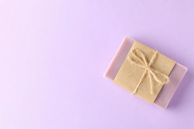 Kawałek naturalnego mydła na fioletowym tle