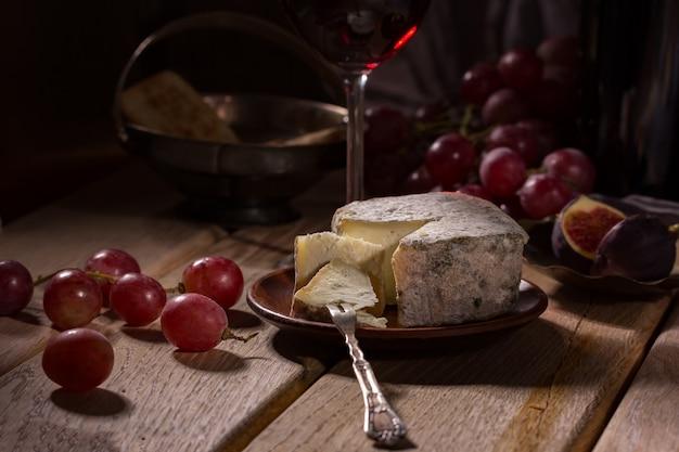 Kawałek niebieskiego sera na małym widelcu.