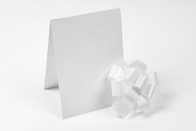 Kawałek papieru z białą kokardką