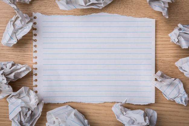 Kawałek papieru z kulkami papieru wokół