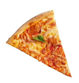 Kawałek pizzy na białym tle