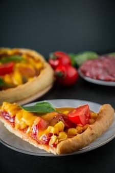 Kawałek pizzy z wiśnią i bazylią
