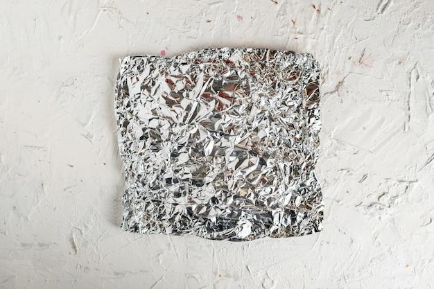 Kawałek pogniecionej folii na kolorowej powierzchni