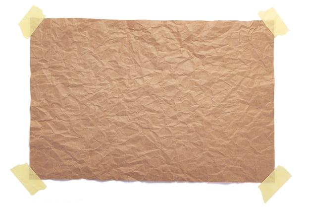 Kawałek pomarszczonej lub zmiętej tekstury papieru na białym tle