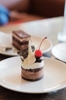 Kawałek pysznego ciasta czekoladowego. kawałek ciasta na talerzu. słodkie jedzenie. słodki deser