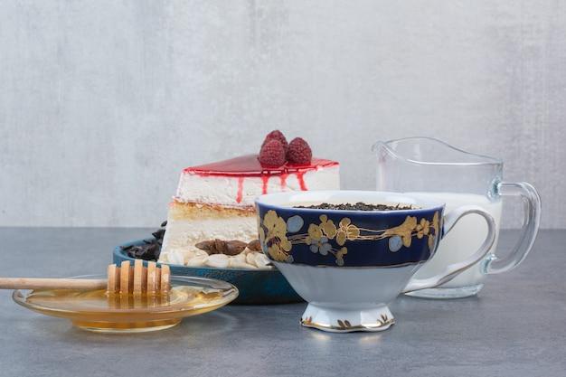Kawałek pysznego ciasta z miodem i mlekiem.