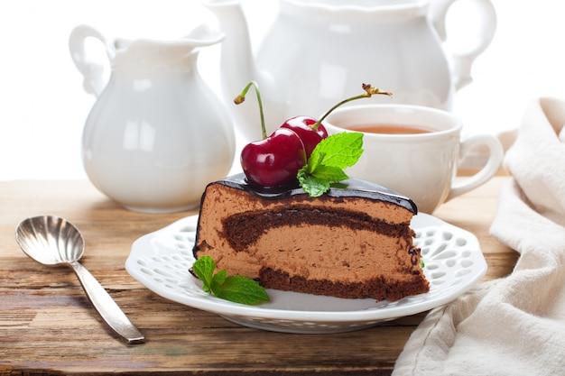 Kawałek pysznego ciasta z musem czekoladowym