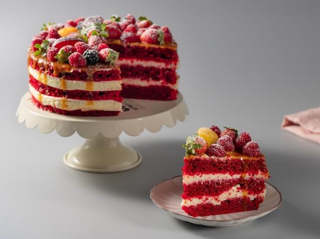 Kawałek pysznego czerwonego aksamitnego ciasta