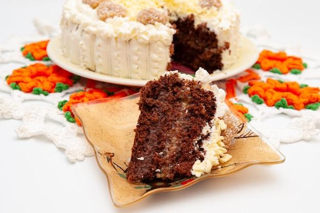 Kawałek pysznego domowego ciasta czekoladowego w plasterkach