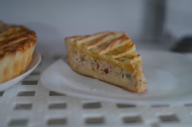 Kawałek pysznego pieczonego ciasta na białym talerzu