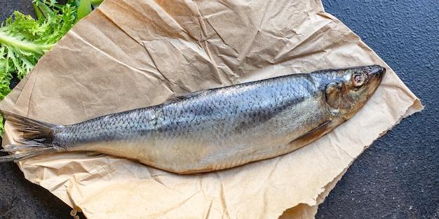 Kawałek sałatki śledziowej kawałek cebuli przekąska owoce morza ryby
