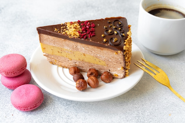 Kawałek sernika czekoladowego z orzechami z bliska