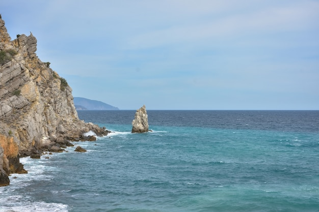 Kawałek skały w pobliżu morza w pobliżu wybrzeża widok na przybrzeżne skały w pobliżu zamku na krymie