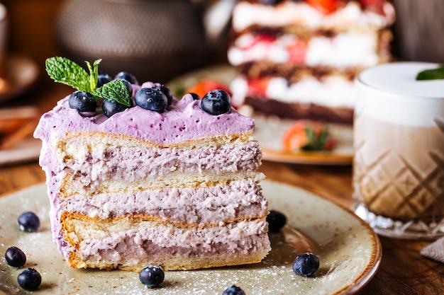 Kawałek słodkiego ciasta jagodowego z lukrem i kawy