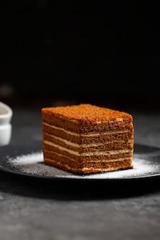 Kawałek słodkiego smacznego domowego ciasta miodowego