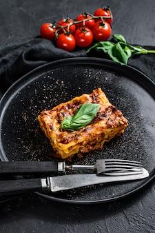 Kawałek smacznej gorącej lasagne. tradycyjne włoskie jedzenie