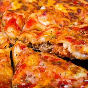 Kawałek sosu do pizzy i owoców morza
