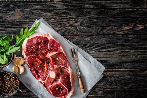 Kawałek surowego mięsa jagnięcego