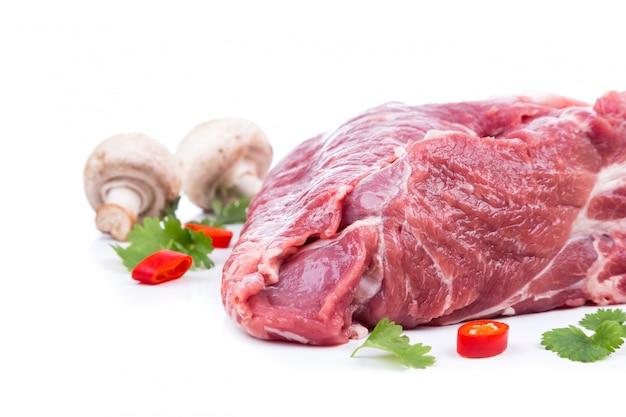 Kawałek surowego mięsa z wystrojem z boku
