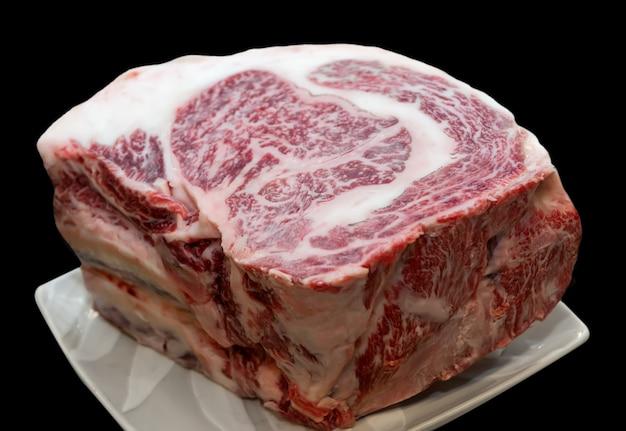Kawałek surowej japońskiej wołowiny wagyu.