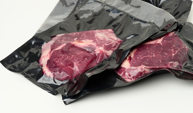 Kawałek świeżego mięsa wołowego zapakowany w plastikową torebkę próżniową, widok z góry