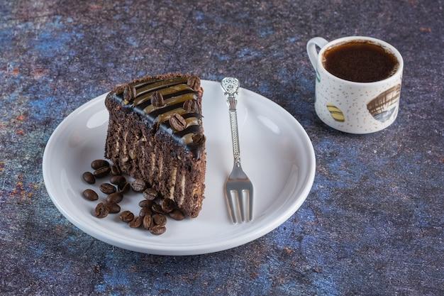 Kawałek świeżej kawy domowej roboty z filiżanką kawy