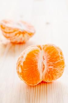 Kawałek świeżej pomarańczy na drewnianym tle