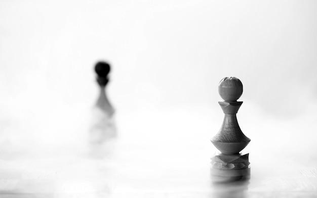 Kawałek szachowy pionek na pokładzie na białym tle