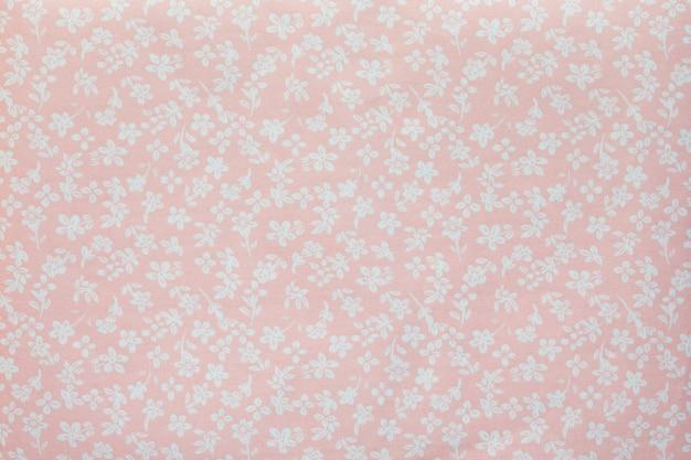 Kawałek tkaniny z wizerunkiem małych kwiatów w pastelowych kolorach