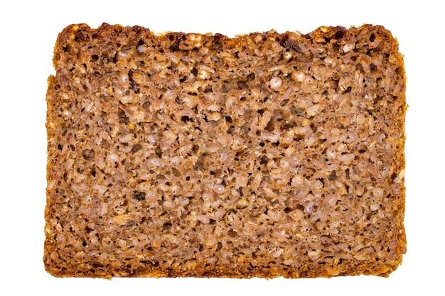 Kawałek tosty wieloziarniste pełnoziarniste na białym tle.