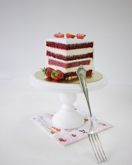 Kawałek truskawka tort na białym drewnianym torta stojaku