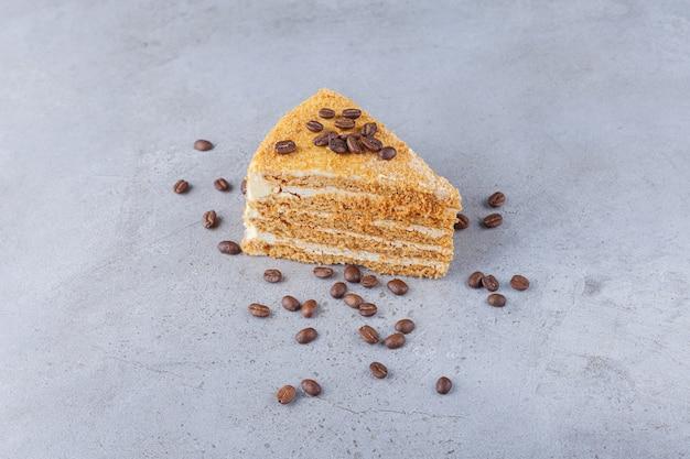 Kawałek warstwowego ciasta miodowego z ziaren kawy.