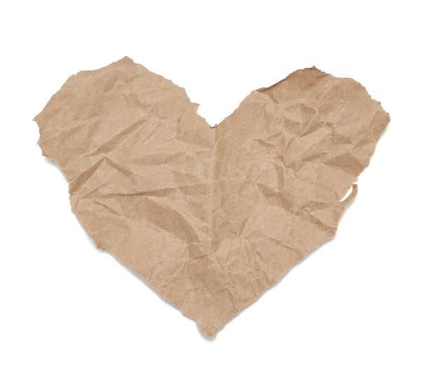 Kawałek zmiętego brązowego papieru na białym tle