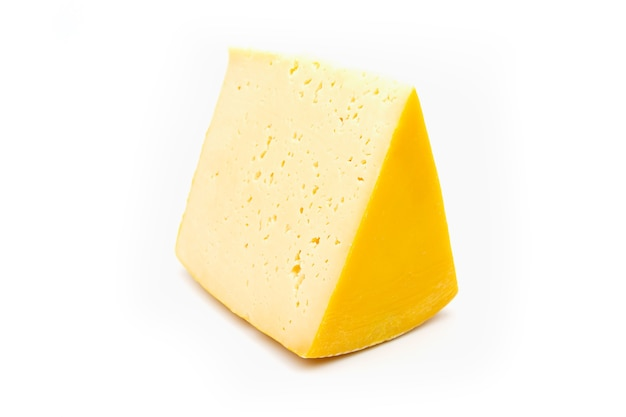 Kawałek żółtego sera na białym tle