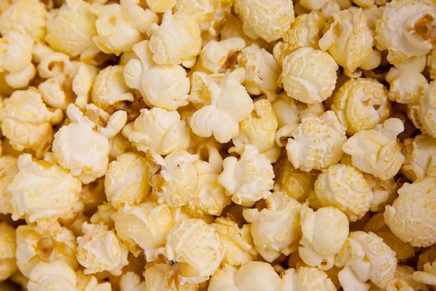 Kawałki białego popcornu zmieszane ze sobą