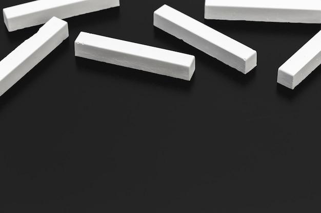 Kawałki białej kredy na tablicy